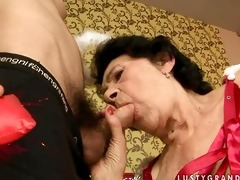 une vieille femme baise avec un petit jeune pour
