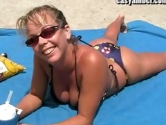 hawt beach honey plays with herself in the car