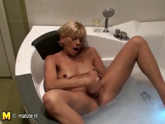 amateur mommy can to play in the bathtub