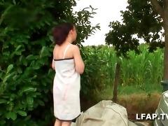 deux matures libertines partouzent dans le jardin
